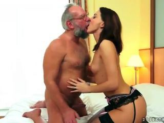 Guapa adolescente disfruta sexo con abuelo
