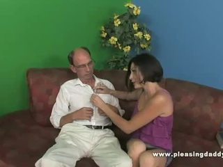 Brunette ado uses son chatte à relief son stress