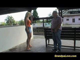 Голям бюст блондинки прецака близо до на railway