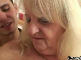 Er screws blond großmutter im schwarz strümpfe