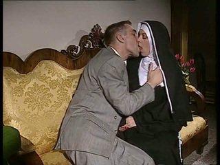 Sjenert nonne gets henne rumpe knullet og fjes spermed