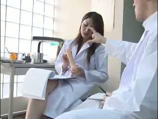 Σέξι ιαπωνικό γιατρός gives αυτήν colleague ένα bj