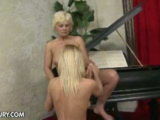 Senas ir jaunas lesbietiškas pažinčių: plaukuotas lesbietiškas senelė už saldus blondinė mažutė