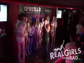 ボインの ホット english 女の子 striptease ぬれた t-shirt コンテスト