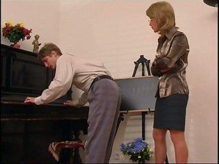 Lebih tua piano guru dominates dia pelajar
