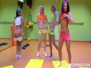 Štiri smut najstnice dekleta storiti aerobics skupaj in kurac suck shaft