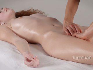 Âm hộ receives một massage qua một đàn ông với một máy rung