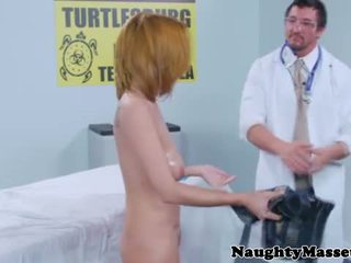 實 masseur massaging 胸部
