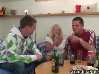 การดื่ม leads ไปยัง เซ็กส์สามคน ถึงจุดสุดยอด ด้วย รุ่นยาย