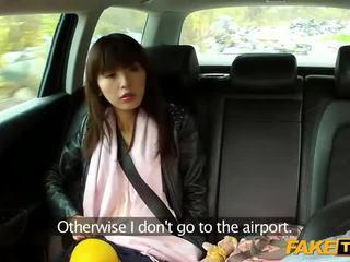 Taxi diver alt tõmmatud a teismeline sisse a suhuvõtmine