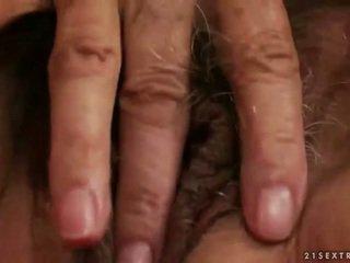 Cachonda pechugona abuelita masturbándose