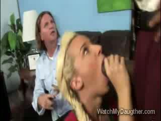 Filthy блондинки daugther blows на черни principal в преден на татко