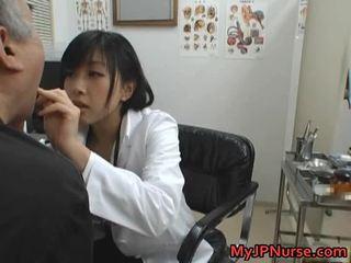 Japońskie doktor jest napalone na ogórek