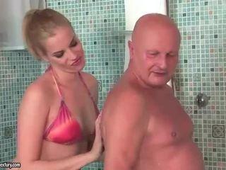 Bardzo stary dziadek fucks ładne nastolatka