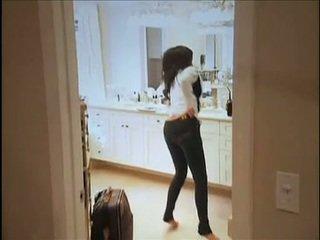 Kim kardashian flashes її oustanding титьки і пухкий анус в той час як в диван