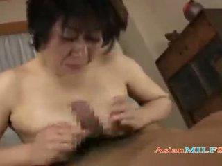 Prsnaté vyzreté žena getting ju kozy a chlpaté pička fucked podľa guy semeno na ústa na the mattress