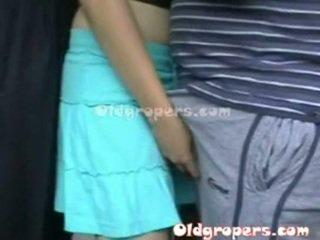 Vieux homme groping femme whith chaud corps