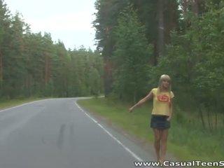 Hoe did deze blondine tiener hitchhiker einde omhoog alle alone op een