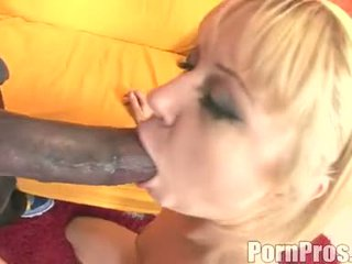 Złoty haired wench aaralyn barra receives jej usta ripped przez a potwór kutas