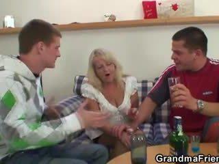 Partying guys pound babica od oboje ends
