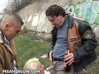Pee in udarec: to zreli cipa loves da dobili pissed na the obraz!
