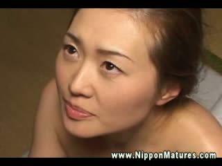 Ce mature asiatique wants à être filled jusqu'à avec dur bite