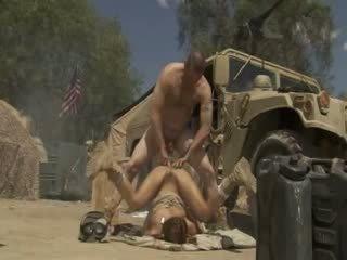 Excited jadra holly receives गड़बड़ कठिन और cummed द्वारा an सेना soldier
