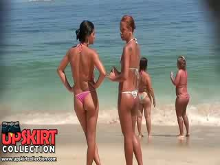 该 角质 女孩 从 这 比基尼泳装 偷窥 视频 are wearing micro thongs 上 多汁 asses