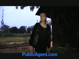 Ginintuan ang buhok tinedyer fucks publiko agent