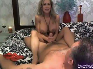 Adembenemend rondborstig pornoster brandi liefde afrukken scène
