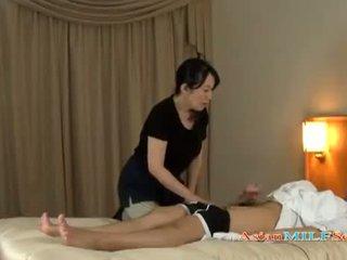 Reif frau massaging guy giving handjob getting sie titten rubbed auf die bett