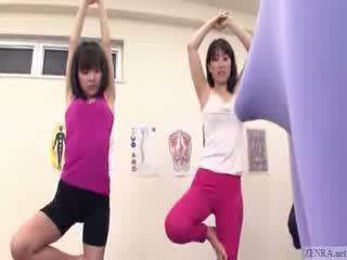 Japans trainer gets erection bij de gym