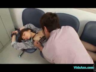 Aziatisch meisje in laarzen rapped getting gehandboeid fingered in de locker kamer