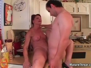 Heet rijpere getting haar poesje licked in keuken.