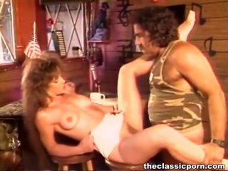 Elegantas female vaidēt zem samaitātas vīrietis