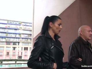 Ania kinski 과 a swiny 늙은 bag fucks 그녀의 항문