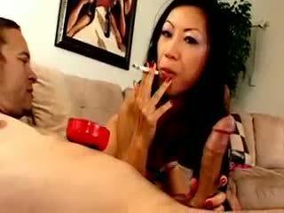 Chesty אסייתי כּלבתא dia zerva smokes ו - gives מציצות