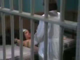Female orang kerdil fucked dalam penjara oleh penjara guard