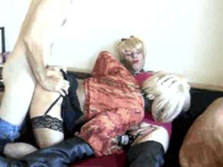 Amateur trio met rijpere crossdressers