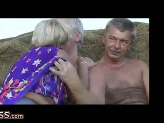Omapass gek grannies masturbation met speelbal