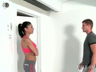 أقرن لياقة بدنية trainer giving حار اللسان بعد yoga