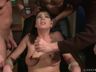 Três guys punishing e a foder um escrava gaja