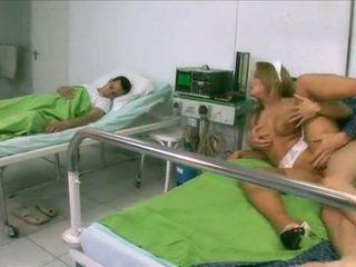 Sexy verpleegster in lingerie door een patiënt