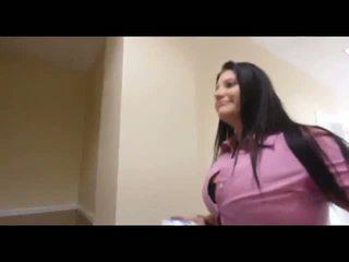 Ilusad suured naised sucks a mustanahaline munn sisse stairs, tasuta porno e1