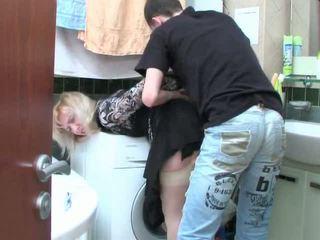 Dewasa rambut pirang dan remaja laki-laki has seks di kamar mandi
