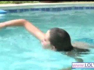 Brooke į the plaukimas baseinas
