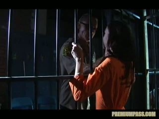 Stuck atrás bars em um prisão para prostitutas taylor chuva é forçado para assistir