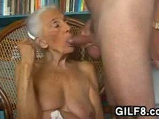 Poredne babica giving a fafanje pri domov
