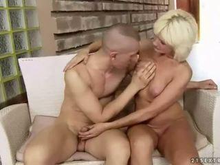 Prsnaté tučné stará mama enjoys ťažký sex