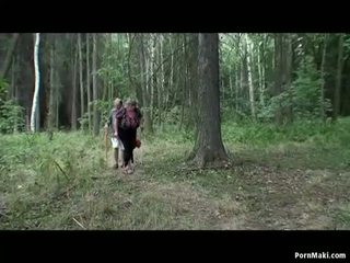 Rinnakas granny having lõbu sisse the metsas